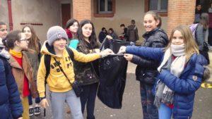 ramassage des déchets dans la cour de l'institut familial